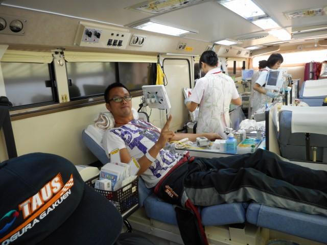 献血バスの中で献血